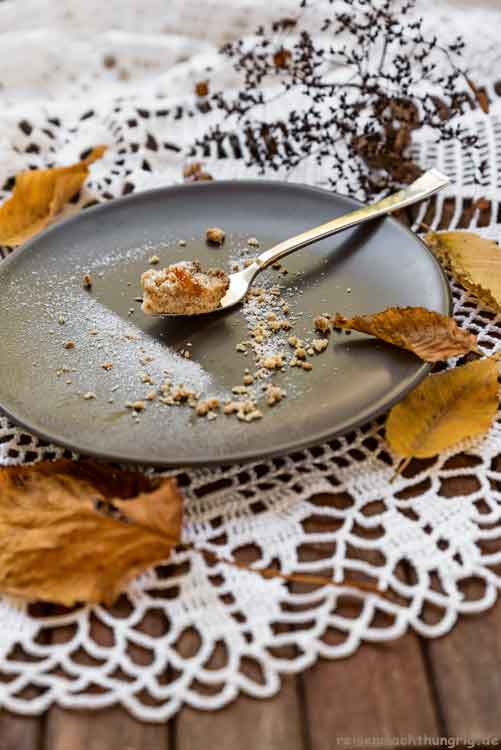Streuselkuchen mit Apfelmus - auf Gabel