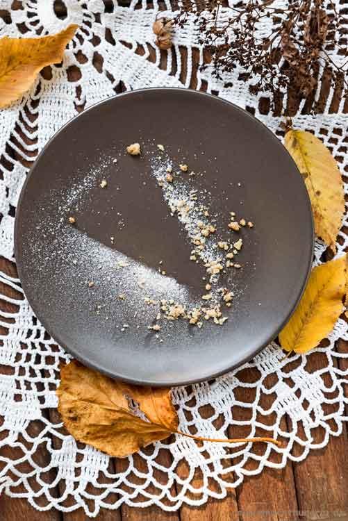Streuselkuchen mit Apfelmus - leerer Teller