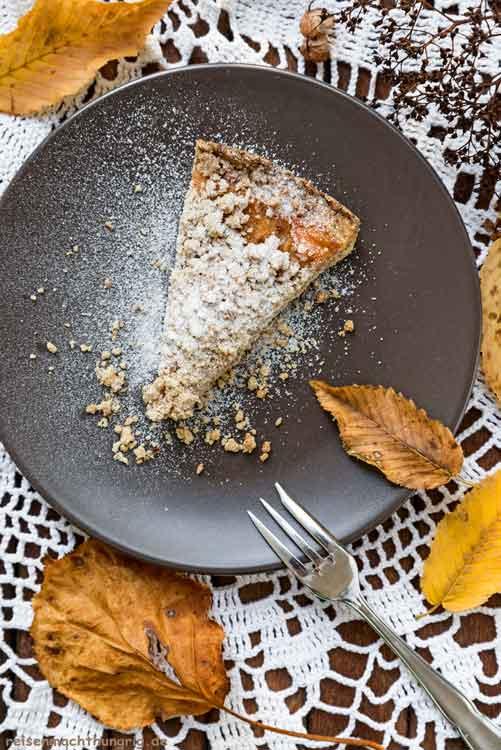 Streuselkuchen mit Apfelmus - ein Kuchenstück