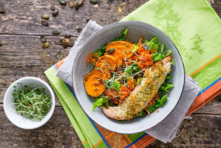 Bowl mit Süsskartoffel, Salat und Putenschnitzel