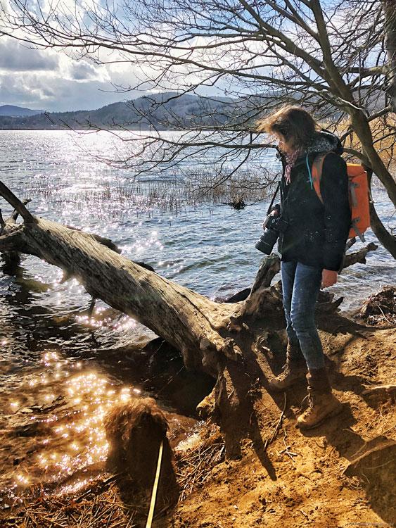 Laacher See mit Fotografin und Hund