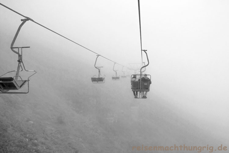 Sennigrad-Sesselliftfahrt im Nebel