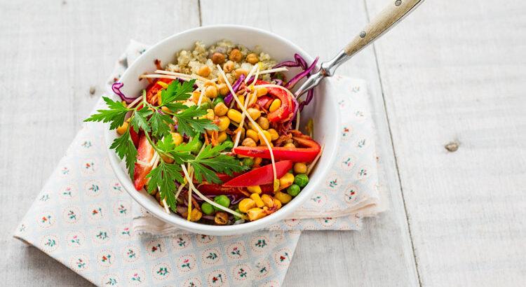 gefüllte Salatschüssel auf Tuch