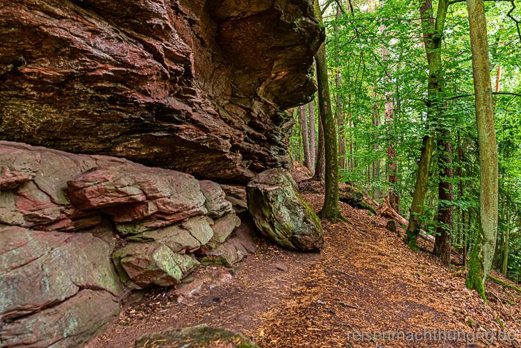 Wandern im Pfälzer Wald dicht am Felsen entlang