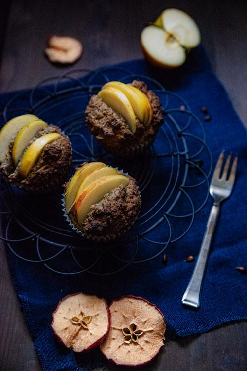 Muffins mit Apfel, moody Bildlook